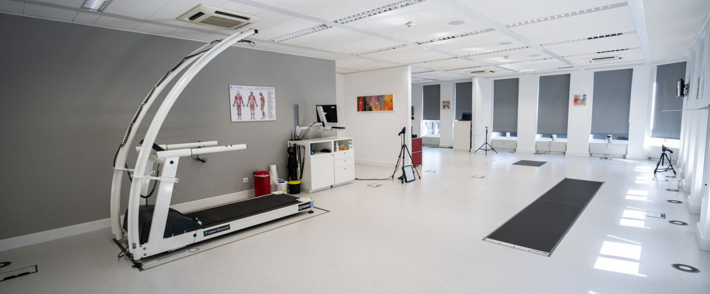 Eine Ganganalyse wird in einem High Tech Labor durchgeführt.