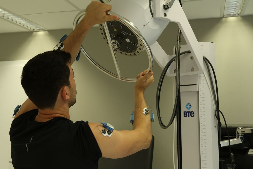 Bei der Kraftdiagnostik kann der Patient auch typische Arbeitsabläufe realistisch simulieren.